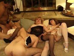 Tres maduros chicas en este Hardcore orgía, porque estas chicas son mayores de 50 años, no significa que no está calientes - de hecho, su sexualidad sólo ha aumentado con la edad! Guarras maduras sexy Kitty Fox, Beth Morgan y Zoe Zane comparten los talent