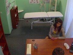 Enfermera Europea assfucked por su médico. Enfermera Europea assfucked por su médico en una entrevista de oficina