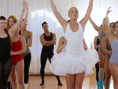 Chico musculoso folla a dos bailarinas en el gimnasio
