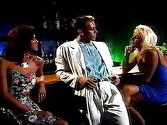 Rocco Siffredi se folla a dos rubias vintage sexy en un bar