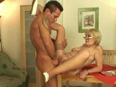 Ella encuentra a enorme titted la madre follando con su esposo en el baño