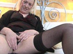 Sexy ama de casa británica obtiene le coño todo mojado