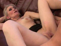 Rubia madura Angeline consigue su coño afeitado comido y follado