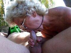 Coño de abuela follando afuera en el sol