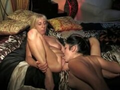 Antiguo italiano maduras mujeres en acción lesbiana con Teen Gi. Mujeres maduras viejo Italiano en acción lesbiana con chica adolescente