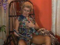 Kinky granny bombear en el culo y facialized, Kinky y cachonda abuela rubia obtiene su snatch peluda y su keister golpeó en este video de sexo anal madura.