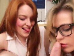 Dos putas de oficina suck dick