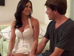 Kendra Lust Tyler Nixon en seducir por un puma. Kendra Lust es el alquiler de una habitación en su casa, y su candidato, Tyler es un fleje, joven universitario, que la hace muy feliz. Cuando lo ve le pregunta unas preguntas obligatorias, entonces lo lleva