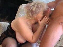 Abuela rubia vieja regordeta en medias folla