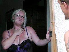 Chica gordita en lencería seduce a trabajador jardín