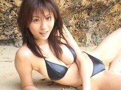 Yuma Asami en Nei Kido Binasu. Super breasty actriz AV Asami Yuma en su bikini de ídolo del fotograbado video. Una cubierta y al aire libre video producción con Yuma en unos bikinis muy sexys, ropa interior y mostrando sus grandes pechos. Contenido muy er