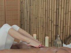 Masajista tetona da con el pie. Masajista de tetas grandes le da masaje a musculado y bronceado con piedras calientes luego le da con el pie y folla su polla dura en una sala de masajes