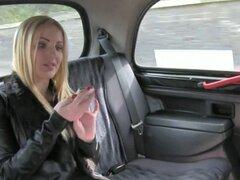 Rubia tetona Brit flequillo en cabina en público. Rubia tetona Brit saca su vestido para el secado en taxi falso y deja conductor toque sus pechos y luego ella chupa su gran polla y lo folla en el asiento trasero en público
