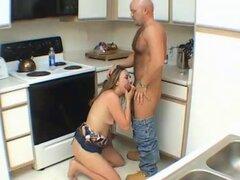 Esposa amateur chupa y folla en su cocina