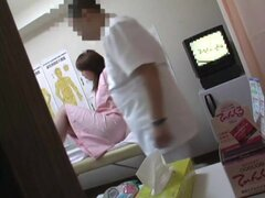 Peluda twat Oriental obtiene un frotamiento de su médico, el Asian chick es en el salón de masaje, dejando que el masajista sucio a darle el tratamiento más caliente en la vista del masaje profundo vaginal mientras él desliza los dedos en su peludo nub de