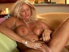 Cougar sexy escurre en sus bragas