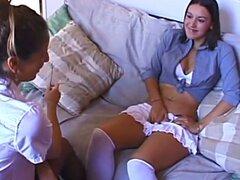 Dos chicas morenas delgadas juguete sus coños con un strapon