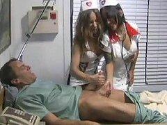 Kinky enfermeras dando un Handjob paciente A dormir