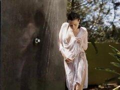 Sexy chica adolescente Valeria burlas en el exterior de la ducha. Chica sexy de pelo negro adolescente Valeria bromas en la ducha y frotar su húmedo arrebatar al aire libre