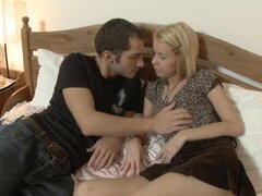 Adolescente rubia muy cachonda toma una fuckrod rígida hasta ella apretado anal en la cama