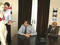 Dos putitas rubias muy cachondas comparten la dura polla de un hombre afortunado en la oficina