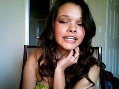 Latina tetona juega con su twat en una webcam, pechugón y chica latina caliente disfruta jugando con su coño en la webcam en este video de masturbación webcam gran.