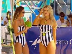 Chicas sexy en traje de baño en la playa, chicas Sexy en traje de baño de rayas verticales negras y blancas secretamente filmaron en la playa.