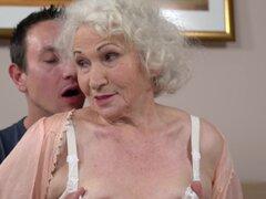 Desnudar a la abuelita Norma para algunos dicking salvaje coño húmedo - Norma, Rob
