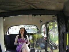 Tetona gordita amateur follada en taxi falso en público. Tetona y gordita morena amateur con coño depilado es follada en diferentes posiciones en falso de taxi en el asiento trasero mientras estacionado en público