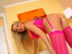 Fumar hot Diana Doll es en ropa interior rosa