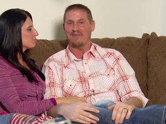 Swinger parejas mutuamente satisfactorio en el cuarto rojo. Swinger parejas disfrutan satisfacer uno al otro en el salón rojo de la mansión de Playboy después de un juego de joder rueda