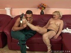 Rubia abuela Pattie chupa un BBC antes de tomar en su arranque