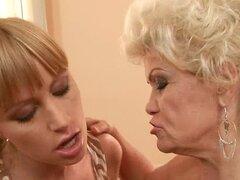 Effie tiene diversión lesbiana con una rubia bastante antes de montar la polla de un tio