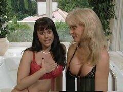 Loco estrellas porno Jewel De Nyle y Nina Hartley en mejor masturbación, clip porno lesbiano, como una estrella bien conocida joya no está a punto de dejar que cualquier puta vieja su mierda con una correa en. Aquí ella tiene salón de la fama Ho Nina Hart