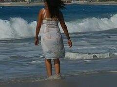 Mojar el vestido ver a través, este maduro estaba jugando en la playa y decidió poner un espectáculo con nosotros, ella apenas saltar al mar para mojar de todo por lo que pudimos ver su tanga azul y su piel