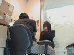 Chicas cachonda folla como una verdadera puta en la oficina, curvas y muy follable japonés obtiene amplia su bonito coño bien estirado con una gran erección y recibe un creampie enorme. Todo se aprecia en este voyeur sexo japonesa video.