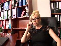 Cachonda pornostar Tiffany increíble clip porno brasileñas, facial, muñeca Tiffany consiguió un empleo en corporativo porque le encanta ser una secretaria sexy. Tiffany entra en los juegos de poder de jefe y asistente y aquí usted puede ver su arrastre a