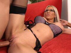 Sexy Secretaria Emma Starr seduce a chico paquete