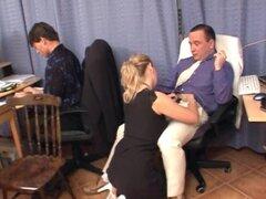 Gangbang de oficina con Secretaria tetona en vestido negro y gafas - Michaela