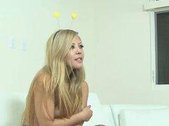 Chica rubia se desnuda y dedo follada, chica rubia y tetona se desnuda y dedo follada en una entrevista de casting