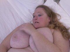 Madre tetona enorme con hambre coño viejo