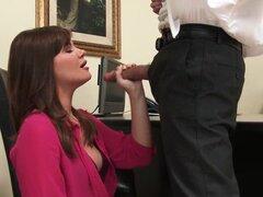 Asistente de oficina sexy folla a su jefe para un ascenso!