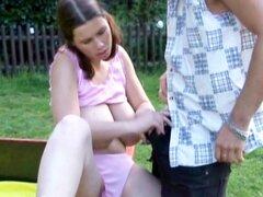 Joven chica tetona chupando polla enorme