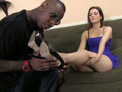 Pie fetiche divertido como ella le da un Interracial con el pie