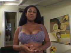 Chica negra con enormes tetas y pezones chupa sobre dick blanco