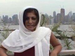 Chica árabe en un pañuelo blanco obtiene part4