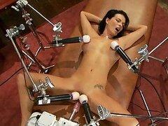 Morocha muy tetona es follada fuerte y duro por dos maquinas sexuales en video BDSM