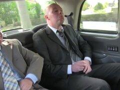 Bigtit taxista maduro spitroasted en taxi