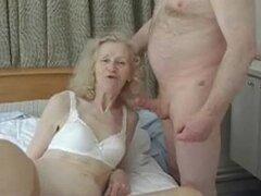 Abuela fea amateur obtiene golpeó tonto. Bastante fea flaca granny obtiene golpeó en su casa en este video de madura amateur y parece más bien bruto.