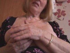 Abuela tetona atractiva y coquetea y muestra su coño peludo regordete